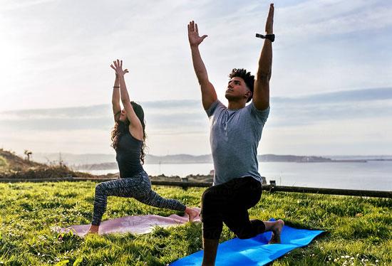hacer yoga en pareja